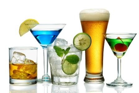Consumul exagerat de alcool la vârsta adultă ar putea accelera declinul mental la bărbați